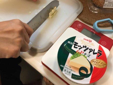チーズを刻む